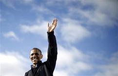 U.S. President Barack Obama waves to supporters at an election campaign rally in Concord, New Hampshire, November 4, 2012. REUTERS/Jason Reed