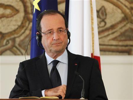 France's President Francois Hollande listens to his Lebanese counterpart Michel Suleiman (not pictured) during a joint news conference at the presidential palace in Baabda, near Beirut November 4, 2012. REUTERS/Mohamed Azakir