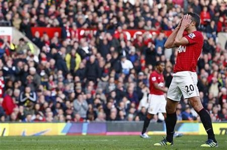 Manchester United's Robin van Persie holds his head in his hands after missing a chance to score during their English Premier League soccer match against Arsenal at Old Trafford in Manchester, northern England November 3, 2012. REUTERS/Darren Staples