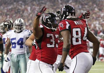 Atlanta Falcons running back Michael Turner (33) celebrates with teammate and wide receiver Roddy White (84) after a touchdown against the Dallas Cowboys in the second half of their NFL football game in Atlanta, Georgia, November 4, 2012. REUTERS/Tami Chappell