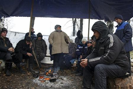 Workers spend time under a tent during their hunger strike near a steel mill in Verkhnyaya Sinyachikha, 145 km (90 miles) away from the regional capital Yekaterinburg, October 3, 2012. RUSSIA-STRIKES/PUTIN REUTERS/Alissa de Carbonnel