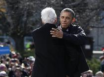 El presidente de Estados Unidos, Barack Obama, y su rival republicano Mitt Romney corrieron el domingo hacia un impredecible final en las últimas 48 horas de una disputa muy reñida por la Casa Blanca, tratando de convocar a partidarios y atraer a votantes indecisos en un puñado de estados clave. En la imagen, Obama saluda al ex presidente Bill Clinton antes de un mitin en Concord, Nueva Hampshire, el 4 de noviembre de 2012. REUTERS/Larry Downing