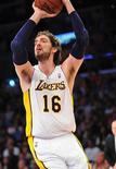 Los Angeles Lakers parecieron finalmente el equipo que muchos esperaban que sería tras imponerse sin dificultades a Detroit Pistons por 108-79 el domingo para terminar con su mal comienzo de temporada. En la imagen, de 4 de noviembre, Pau Gasol tirando a canasta en el encuentro contra Detroit.