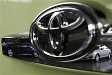 Toyota Motor elevó su previsión de ganancias netas para el año completo a 9.700 millones de dólares (7,5 millones de euros), aún después de que anunciara que el coste de las recientes protestas anti-japonesas y la desaceleración económica en China se tradujo en la pérdida de ventas de 200.000 coches. En la imagen, logo de Toyota en la sede de la compañía en Tokio, el 5 de noviembre de 2012. REUTERS/Kim Kyung-Hoon
