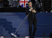 """El nuevo sencillo de Robbie Williams, """"Candy"""", alcanzó el número uno en la lista de éxitos de Reino Unido el domingo, dijo la Compañía Oficial de Listas de Éxitos, desplazando a """"Beneath Your Beautiful"""", de Emeli Sande, del primer puesto. En la imagen, de 4 de junio, el cantante Robbie Williams durante el concierto con motivo del Jubileo de la reina Isabel II en frente del Palacio de Buckingham. REUTERS/David Moir"""