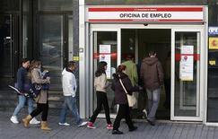 Uno sportello governativo per disoccupati a Madrid. REUTERS/Andrea Comas