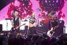 """La banda de pop No Doubt se ha visto obligada a retirar un vídeo musical con temática del salvaje oeste y a emitir una disculpa después de recibir quejas de la comunidad nativa americana, y dijo que su intención """"nunca fue ofender, herir o trivializar"""" su cultura o historia. En la imagen, de 21 de septiembre, Gwen Stefani durante una actuación de la banda con el guitarrista Tom Dumont en el Grand Garden Arena de Las Vegas. REUTERS/Steve Marcus"""