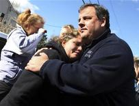 Governador de Nova Jersey, Chris Christie, conforta mulher cuja casa foi danificada pelo furacão Sandy em Little Ferry, Nova Jersey. Christie defendeu os elogios que fez ao presidente dos Estados Unidos, Barack Obama, após a passagem devastadora da tempestade Sandy pelo Estado, mas disse que vai votar em seu colega republicano Mitt Romney na eleição presidencial de terça-feira. 03/11/2012 REUTERS/Gabinete do Governador de Nova Jersey/Tim Larsen/Divulgação