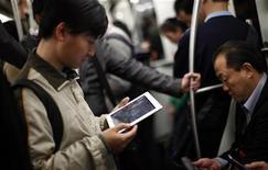 Homem segura iPad no metrô, em Xangai. O PMI do HSBC para o setor de serviços divulgado nesta segunda-feira mostrou que o índice caiu para 53,5 em outubro ante a máxima de quatro meses de 54,3 em setembro, uma vez que custos mais altos e maior competição reduziram as margens. 06/04/2012 REUTERS/Carlos Barria