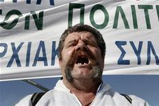 Morador de cidade no noroeste da Grécia protesta contra aumento de impostos em combustível para aquecimento em Atenas, Grécia. O governo da Grécia apresentará um novo pacote de austeridade ao Parlamento nesta segunda-feira, enfrentando uma semana de greves e protestos sobre as propostas que precisam ganhar a aprovação dos parlamentares para o país garantir mais ajuda e evitar a bancarrota. 31/10/2012 REUTERS/Yorgos Karahalis