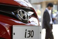 Homem caminha próximo a carro i30 da Hyundai em concessionária de Seul, Coreia do Sul. A admissão por Hyundai e Kia de que exageraram marcas de economia de combustível de alguns de seus carros afetou a reputação das montadoras e a fidelidade do consumidor às marcas será testada nos próximos meses, após uma década de sucesso ininterrupto nos Estados Unidos. 26/04/2012 REUTERS/Kim Hong-Ji