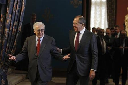 U.N.-Arab League peace envoy Lakhdar Brahimi (L) and Russia's Foreign Minister Sergei Lavrov walk during their meeting in Moscow October 29, 2012. REUTERS/Maxim Shemetov