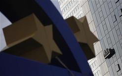 España ha bloqueado el nombramiento de Yves Mersch al consejo ejecutivo del Banco Central Europeo, dijeron funcionarios de la Unión Europea, retrasando todavía más el proceso para ocupar el puesto. En la imagen, el símbolo del euro junto al edificio del Banco Central Europeo en Fráncfort, el 19 de octubre de 2012. REUTERS/Lisi Niesner