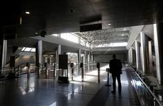El Gobierno de Grecia presenta el lunes al Parlamento su nuevo plan de austeridad, en el inicio de una semana de huelgas y protestas por las medidas que requieren aprobación parlamentaria para que el país reciba el próximo tramo de ayuda internacional para evitar la bancarrota. En la imagen, un hombre a la entrada de una estación de metro durante una huelga de 24 horas contra las medidas de austeridad del Gobierno, que detuvo los servicios de metro, tren y tranvía en Atenas, el 5 de noviembre de 2012. REUTERS/John Kolesidis