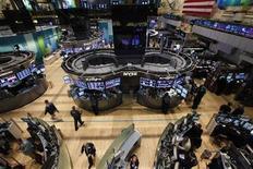 <p>Imagen de archivo de un grupo de operadores en el parqué de Wall Street en Nueva York, oct 31 2012. Las acciones estadounidenses abrieron el lunes con pocas variaciones en sus precios, debido a la cautela de los inversores que esperan las elecciones del martes para hacer apuestas sobre los sectores que tendrían un mejor desempeño en cada uno de los escenarios políticos después de los comicios. REUTERS/Brendan McDermid</p>