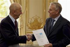 French industrialist Louis Gallois (L) hands over his report on competitiveness to France's Prime Minister Jean-Marc Ayrault at his Hotel Matignon offices in Paris November 5, 2012. REUTERS/Philippe Wojazer