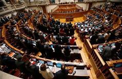 Portugal debe reducir el coste de devolver su rescate y encontrar un equilibrio mayor entre las políticas procrecimiento y la austeridad, si quiere que su economía se recupere pronto, según dijo el lunes un organismo asesor nacional. En esta imagen de archivo, miembros del Parlamento portugués votan el presupuesto de 2013 en Lisboa, el 31 de octubre de 2012. REUTERS/Rafael Marchante