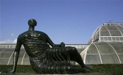 """Figuras líderes del mundo del arte, incluyendo al creador de la ceremonia de inauguración de los Juegos Olímpicos de Londres, Danny Boyle, han instado a un consejo del este de la capital británica a reconsiderar sus planes de venta de una valiosa escultura de Henry Moore para pagar sus facturas. En la imagen de archivo, la escultura de Henry Moore """"Mujer reclinada cubierta"""" (similar a la que planean vender), vista en Kew Gardens, en el oeste de Londres, el 13 de septiembre de 2007. REUTERS/Luke MacGregor"""