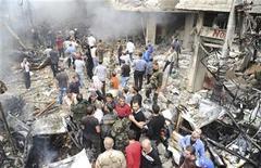 <p>Una muchedumbre rodea un edificio y un vehículo dañado tras la explosión de una bomba en la zona Mezzeh 86 en Damasco, nov 5 2012. Un ataque suicida con coche bomba dejó al menos 50 efectivos de seguridad sirios muertos el lunes en la provincia de Hama, en uno de los ataques más sangrientos contra las tropas del presidente Bashar al-Assad en los 20 meses de alzamiento. REUTERS/Sana Imagen para uso no comercial, ni ventas, ni archivos. Solo para uso editorial. No para su venta en marketing o campañas publicitarias. Esta imagen fue entregada por un tercero y es distribuida, exactamente como fue recibida por Reuters, como un servicio para clientes.</p>