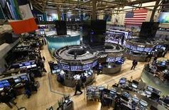 <p>Imagen de archivo de un grupo de operadores en el parqué de Wall Street en Nueva York, oct 31 2012. Las acciones retrocedían levemente el lunes en Wall Street en una sesión con bajo volumen de negocios, pues los inversores esperaban la elección presidencial de Estados Unidos para definir donde colocar su dinero de acuerdo al triunfo de un partido u otro. REUTERS/Brendan McDermid</p>