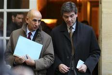 French General commissioner for investment Louis Gallois (L) speaks with Minister for Industrial Recovery Arnaud Montebourg as they leave after a meeting with industrialists to present the competitiveness report at the Hotel Matignon offices in Paris November 5, 2012. REUTERS/Philippe Wojazer (FRANCE - Tags: POLITICS BUSINESS EMPLOYMENT)