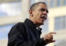 <p>El presidente de Estados Unidos, Barack Obama, durante un mitin de campaña en Madison, nov 5 2012. El presidente de Estados Unidos, Barack Obama, ganará el voto popular en las elecciones del martes con una ventaja del 2 por ciento y derrotará a su rival republicano, Mitt Romney, en la mayoría de los estados cruciales, indicó una encuesta británica de YouGov realizada a 36.000 votantes del país norteamericano. REUTERS/Jason Reed</p>