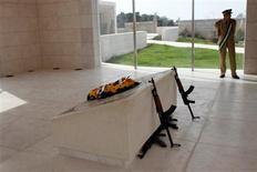 El cuerpo del ex líder palestino Yasser Arafat será exhumado el 26 de noviembre, ocho años después de su muerte, como parte de una investigación para determinar si fue asesinado, dijo el lunes un diplomático europeo. En la imagen, un miembro de la guardia presidencial palestina monta guardia junto a la tumba del fallecido líder palestino Yaser Arafat, en Ramala, Cisjordania, el 24 de octubre de 2012. REUTERS/Mohamad Torokman
