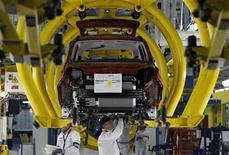 """Operai di Fiat al lavoro sulla nuova """"Panda"""" nella fabbrica di Pomigliano d'Arco, vicino a Napoli. 14 dicembre 2011. REUTERS/Alessandro Bianchi"""