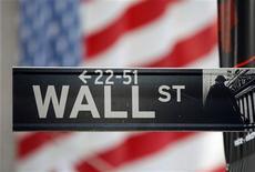 Las acciones terminaron con subidas modestas el lunes en Wall Street, en una de las sesiones más tranquilas del año en vísperas de las elecciones presidenciales en Estados Unidos. En la imagen, un cartel de Wall Street con una gran bandera estadounidense de fondo frente a la Bolsa de Nueva york, el 5 de noviembre de 2012. REUTERS/Chip East