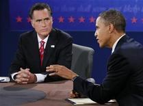 Presidente norte-americano e candidato à reeleição, Barack Obama, fala enquanto seu rival Mitt Romney escuta durante debate presidecial em Boca Raton, na Flórida. A polêmica relação comercial entre Estados Unidos e China foi um dos principais temas da campanha eleitoral norte-americana deste ano, na qual Obama defendeu sua atuação e Romney prometeu uma abordagem mais dura. 22/10/2012 REUTERS/Rick Wilking