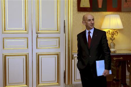 French General commissioner for investment Louis Gallois waits outside France's Prime Minister Jean-Marc Ayrault's office to hand over his report on competitiveness to at the Hotel Matignon in Paris, November 5, 2012. REUTERS/Philippe Wojazer