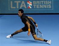 El británico Andy Murray, campeón del Abierto de Estados Unidos, se recuperó de un flojo comienzo para derrotar al checo Tomas Berdych en su debut en el ATP World Tour Finals de Londres, en la jornada inaugural del torneo en la que el número uno del mundo Novak Djokovic derrotó al francés Jo-Wilfred Tsonga. En la imagen, Novak Djokovic durante su partido ante Tsonga en Londres, el 5 de noviembre de 2012. REUTERS/Kieran Doherty
