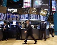 Трейдеры работают в торговом зале фондовой биржи в Нью-Йорке, 5 ноября 2012 года. Американские акции выросли в понедельник в ходе малоактивных торгов накануне президентских выборов. REUTERS/Chip East
