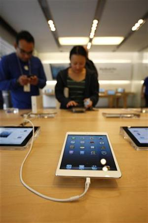 People look at iPad minis during the launch of the iPad mini and iPad with Retina display Wi-Fi models in Los Angeles, California, November 2, 2012. The iPad mini is being launched in 34 countries today. REUTERS/David McNew (UNITED STATES - Tags: SOCIETY BUSINESS)