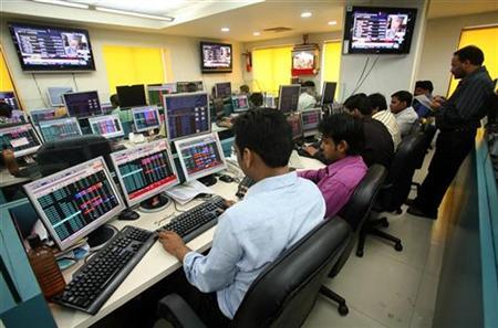 Stock brokers trade in a brokerage firm in Kolkata February 16, 2009 in New Delhi. REUTERS/Jayanta Shaw/Files