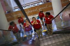 Сотрудницы магазина CityTarget в Чикаго едут на эскалаторе, 18 июля 2012 года. Расширение секторов услуг США и Китая слегка замедлилось в октябре 2012 года, что, по мнению аналитиков, может свидетельствовать о скромном росте крупнейших экономик мира. REUTERS/Jim Young