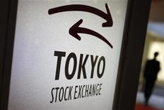El Índice Nikkei cayó el martes y cerró por debajo de los 9.000 puntos por el efecto perjudicial para los exportadores que supuso la subida del yen. En la imagen de archivo, un visitante camina cerca de un logo de la Bolsa de Tokio, el 5 de noviembre de 2012. REUTERS/Issei Kato