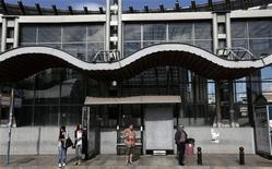 Persone alla fermata dell'autobus durante lo sciopero generale oggi ad Atene. REUTERS/John Kolesidis