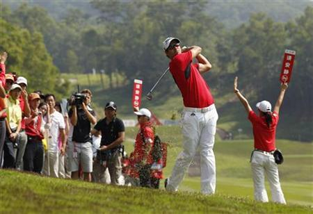 Adam Scott of Australia hits a shot on the rough off the ninth fairway during the third day of the WGC-HSBC Champions Tournament at Mission Hills in the southern Chinese city of Dongguan November 3, 2012. REUTERS/Bobby Yip
