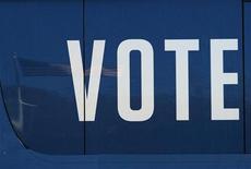 Американский флаг отражается на корпусе автобуса для предвыборной кампании действующего президента США Барака Обамы в Довере (штат Нью-Хэмпшир), 4 ноября 2012 года. Президент США Барак Обама и кандидат в президенты от республиканцев Митт Ромни во вторник узнают вердикт американских избирателей, после долгой и сложной предвыборной кампании. REUTERS/Jessica Rinaldi