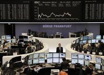 La fortaleza de las acciones tecnológicas ayudaba a las acciones europeas a repuntar el martes aunque la incertidumbre en torno a las elecciones presidenciales estadounidenses debe limitar los movimientos durante la sesión. En la imagen, la bolsa de Fráncfort, el 5 de noviembre de 2012. REUTERS/Remote/Marthe Kiessling