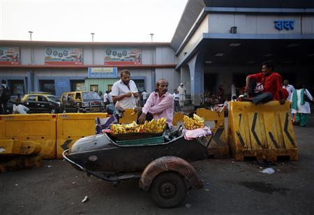 A man sells bananas on the front of a sidecar of a scooter in Mumbai, November 5, 2012. REUTERS/Danish Siddiqui