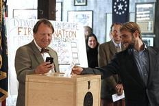 Um dos 10 eleitores registrados do pequeno vilarejo Dixville Notch, em New Hampshire, aguarda para registrar o primeiro voto para a eleição presidencial dos EUA, logo após a meia-noite. Barack Obama e Mitt Romney se submetem nesta terça-feira ao veredicto das urnas nos EUA, após uma longa e acirrada campanha presidencial que será decidida em alguns poucos Estados onde a corrida está extraordinariamente apertada. 06/11/2012 REUTERS/Herb Swanson