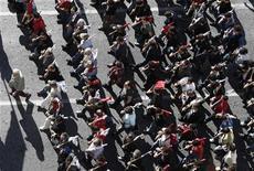Члены профсоюза PAME на демонстрации в центре Афин 6 ноября 2012 года. Рабочие Греции начали во вторник 48-часовую забастовку, чтобы выразить протест против новой программы жестких мер экономии, которые, как утверждают профсоюзы, разорят бедных и приведут слабеющую экономику к коллапсу. REUTERS/John Kolesidis
