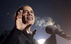 """Presidente dos EUA, Barack Obama, gesticula durante discurso em seu último comício de campanha em Des Moines, Iowa. Caso seja reeleito nestaterça-feira, o presidente dos Estados Unidos, Barack Obama, deveiniciar rapidamente, talvez já no dia seguinte, a negociação deum acordo bipartidário que evite o """"abismo fiscal"""" que ameaçalevar os EUA para uma recessão. 05/11/2012 REUTERS/Jason Reed"""
