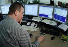 Мужчина считает на калькуляторе в помещении Венской фондовой биржи 21 мая 2010 года. Европейские акции растут во вторник благодаря бумагам туристических и высокотехнологичных компаний. REUTERS/Heinz-Peter Bader
