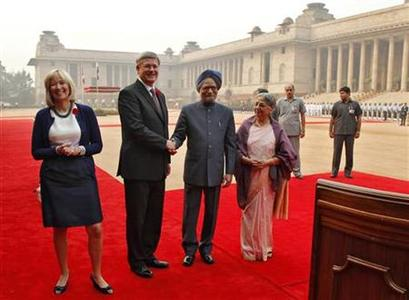 India's Prime Minister Manmohan Singh (4th R) shakes hands with his Canadian counterpart Stephen Harper as Harper's wife Laureen (L) and Singh's wife Gursharan Kaur (3rd R) watch during the ceremonial reception at the forecourt of India's presidential palace Rashtrapati Bhavan in New Delhi November 6, 2012. Harper is on a six-day state visit to India. REUTERS/B Mathur