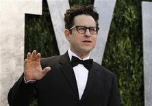 """O diretor J.J. Abrams chega para a festa Vanity Fair Oscar, em West Hollywood, Califórnia, em fevereiro. J.J. Abrams, criador da série """"Lost"""", vai receber o Prêmio Norman Lear de Realização em TV, afirmou a Liga dos Produtores da América nesta segunda-feira. Foto de Arquivo. 26/02/2012 REUTERS/Danny Moloshok"""