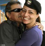 <p>La guerrillera holandesa de las Fuerzas Armadas Revolucionarias de Colombia (FARC) Tanja Nijmeijer junto al negociador rebelde Jesús Santrich a su llegada al aeropuerto de La Habana, nov 5 2012. La guerrillera holandesa de las Fuerzas Armadas Revolucionarias de Colombia (FARC) Tanja Nijmeijer llegó el lunes a Cuba para integrarse a las negociaciones entre el grupo rebelde izquierdista y el Gobierno colombiano, que se iniciarán formalmente el 15 de este mes. REUTERS/Anncol/Handout Imagen para uso no comercial, ni ventas, ni archivos. Solo para uso editorial. No para su venta en marketing o campañas publicitarias. Esta imagen fue entregada por un tercero y es distribuida, exactamente como fue recibida por Reuters, como un servicio para clientes.</p>