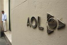 Logo da AOL é visto do lado de fora do prédio da companhia em Nova York. A AOL divulgou um lucro e uma receita maiores que o esperado após o forte crescimento em publicidade visto pela empresa nos últimos sete anos. Foto de Arquivo. 28/05/2012 REUTERS/Lucas Jackson